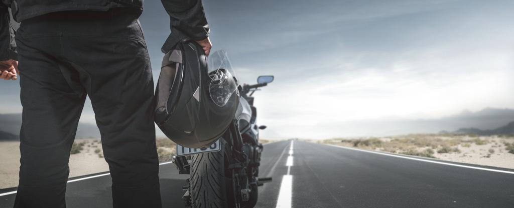 Porównaj i wybierz najtańsze ubezpieczenie motocykla OC dla motocyklistów oferuje wiele towarzystw ubezpieczeniowych i obecnie jedyną skuteczną metodą na znalezienie najtańszej oferty, jest prześwietlenie dużej ich ilości. Trudno zrobić to samemu, gdyż potrzeba na to czasu i po prostu chęci. Są oczywiście kalkulatory online, ale nie polecamy korzystania z nich. Kalkulatory wbrew pozorom nie zbierają ofert z całego rynku, a do tego często pokazują tylko orientacyjne ceny. Najlepiej zostawić kontakt do siebie w naszym formularzu lub po prostu zadzwonić. Nasz doświadczony agent przygotuje zestawienie ofert dopasowanych do konkretnej sytuacji. Zaprezentujemy realne, wiążące ceny polis i pomożemy w wyborze najbardziej opłacalnej opcji. Prześwietlimy każde ubezpieczenie motocykla dostępne na rynku. Pamiętaj, że kupując OC możesz bez obaw wybrać najtańszą ofertę. Zakres ochrony jest tutaj normowany prawnie i każda polisa zapewnia bezpieczeństwo na najwyższym poziomie.